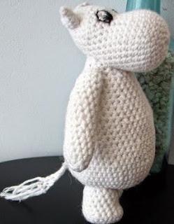 http://translate.google.es/translate?hl=es&sl=sv&u=http://crochetamigurumi.blogg.se/2009/july/flodhast-mumin-monster-hippo-moomin-pattern.html&prev=search