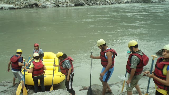 Tourist are going for 18 km rafting in risikesh