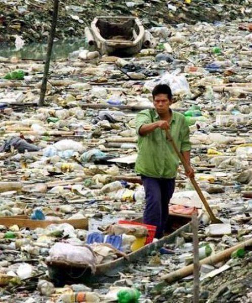 Homem navegando no lixo