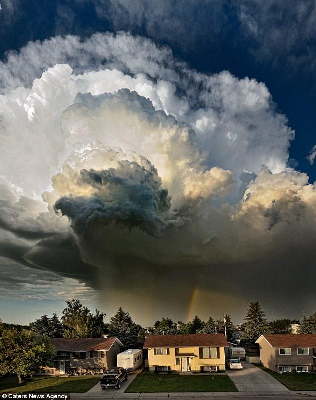 Fenomena awan berlapis dengan pelangi