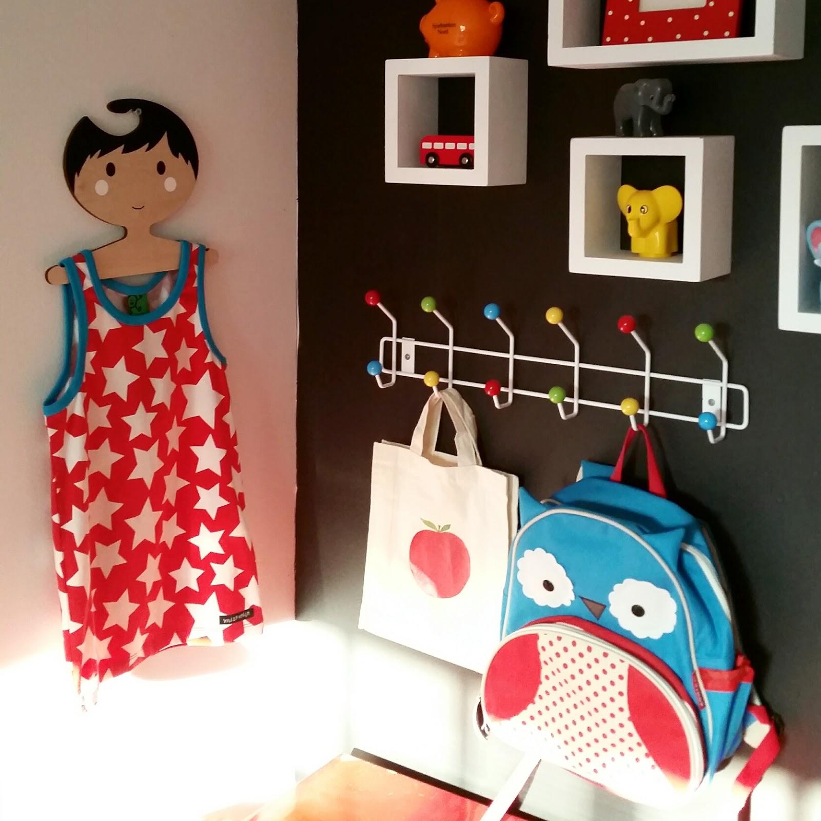 The 80s Me DIY, barnrum och inredning Red Hand Gang glada barn klädhängare