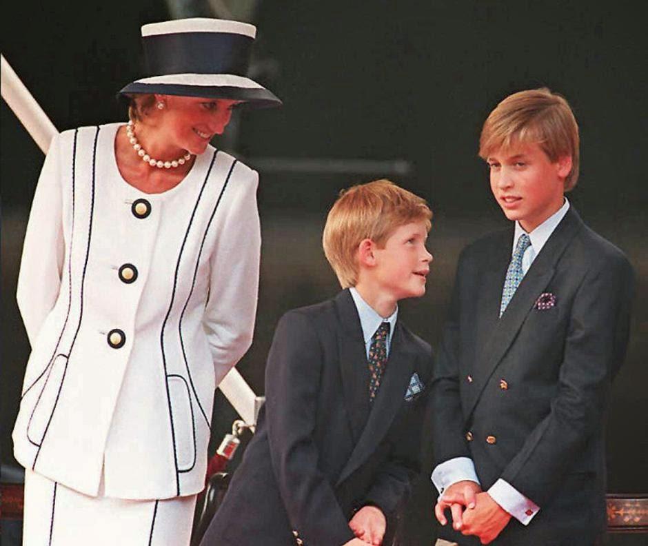 принцесса Диана, принц Гарри и принц Уильям на праздновании Дня победы над Японией в Лондоне.