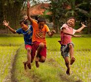 Niños que cuidan el agua. grifo ni os