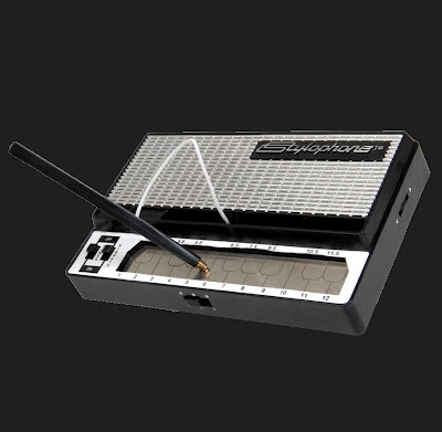 El Stylophone de Dubreq en su versin de 2007 basado en el instrumento desarrollado por Brian Jarvis en 1967