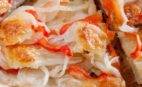 pizza con peperoni e cipolle