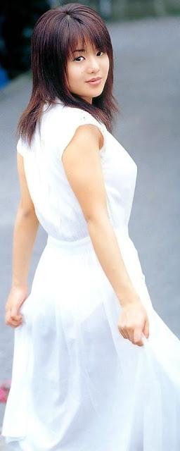 Sora Aoi con vestido blanco