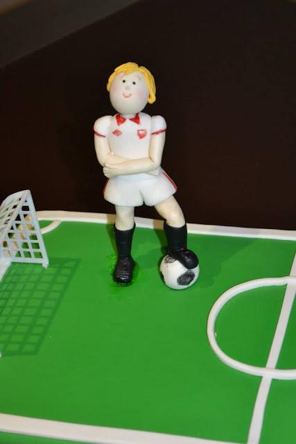 Modelado Niño, jugador futbol Sevilla CF tarta fondant sugar dreams gandia primera comunion tarta campo de futbol porterias balon escudo sevilla CF
