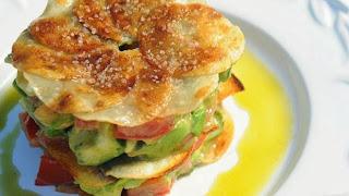 Ensalada de aguacates sobre galleta de patata