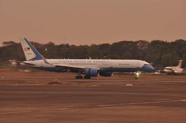 Pesawat yang mengangkut Hillary clinton
