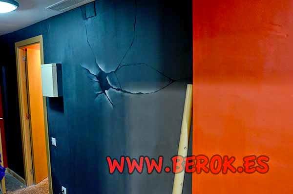 Decoración trampantojo de pared rota en el interior.