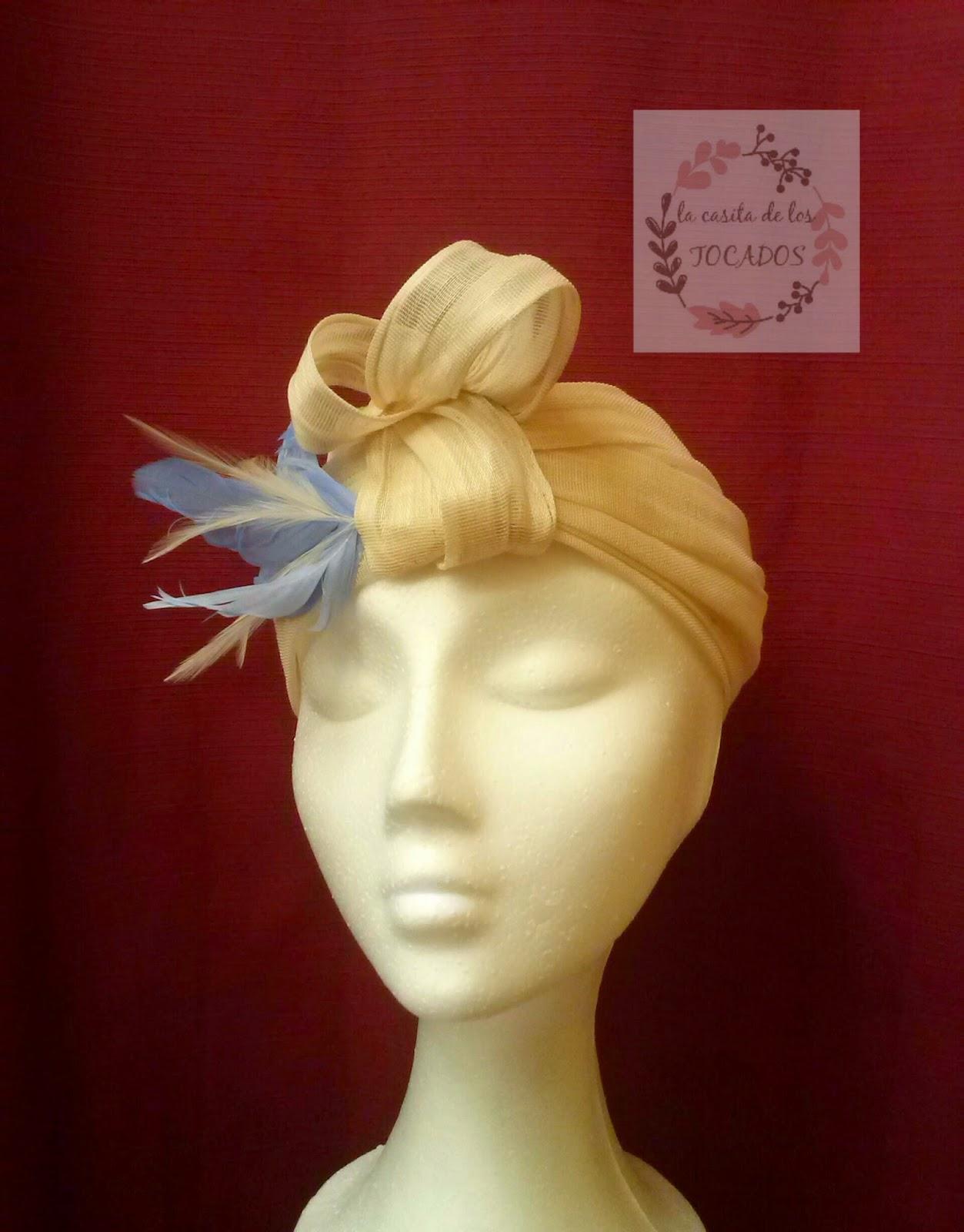 turbante beige para boda con plumas