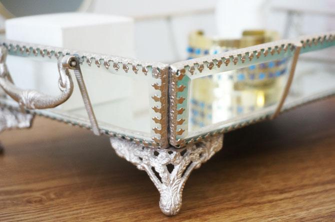 Détail d'un plateau en verre et métal vieilli