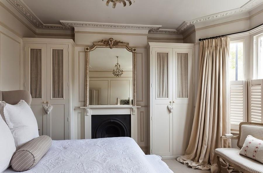 wnętrza, wystrój wnętrz, styl francuski, eleganckie, szary, beżowy, romantyczny, sypialnia, łóżko, lustro, szafa