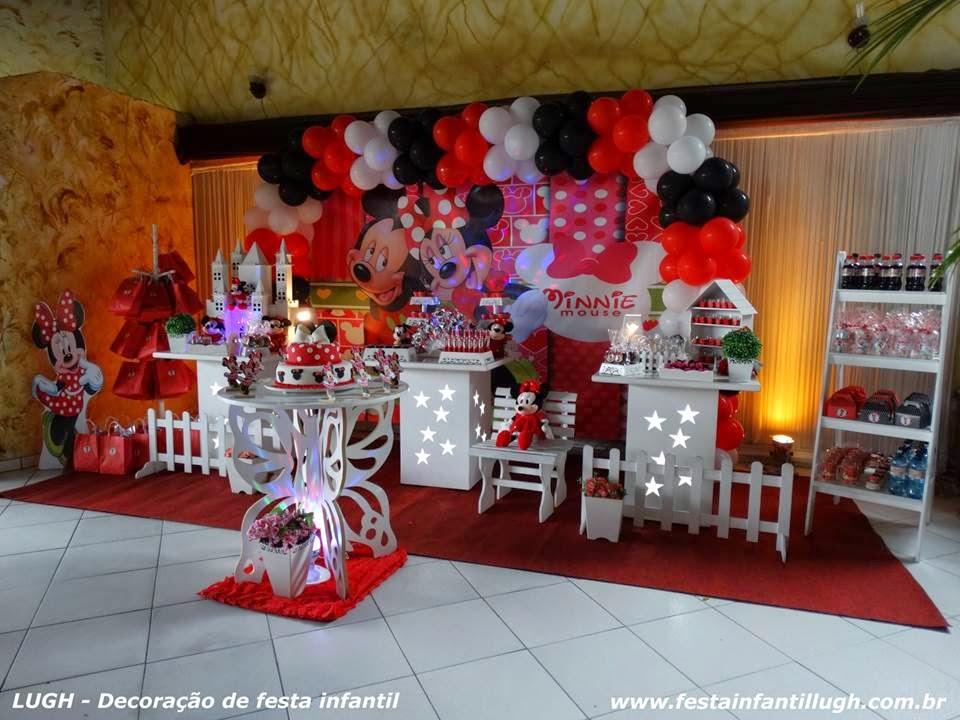 mesa decorada em estilo provençal com o tema Minnie Mouse para festa de aniversário infantil de meninas.