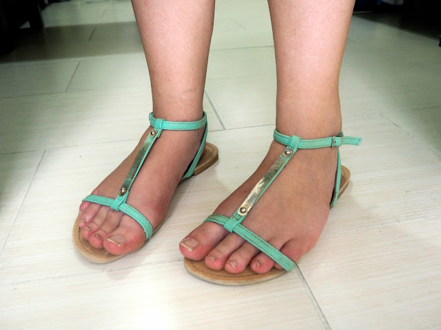 Beat the Heat | Outfit shoe details of pale green strappy sandals