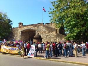 Ambientalistas marchan contra mineras de oro y base naval en Saona