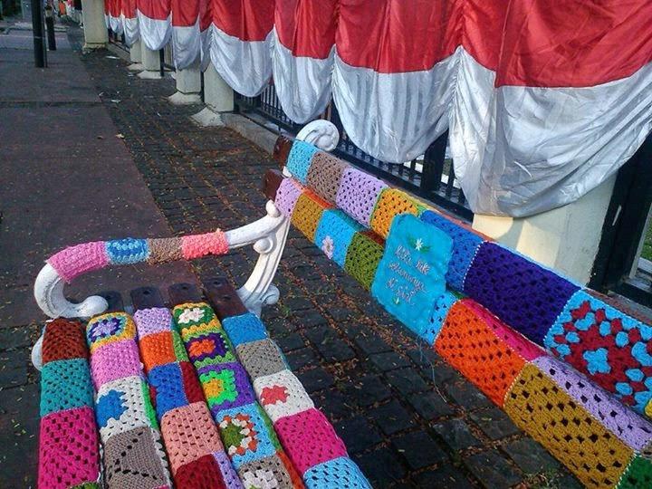 Knitted Artinya : Inspirasi karya rajutan yarn bombing street art yang wow