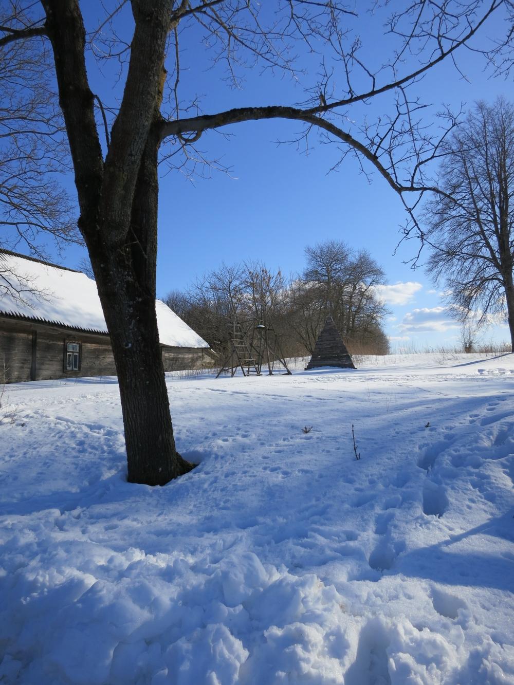 śnieżne Harkawicze, widok na karmnik i drewnianą chatę