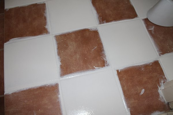 Vloertegels Keuken Verven : De verf is op de foto is nog nat en glimt daarom. Je ziet dat ik de