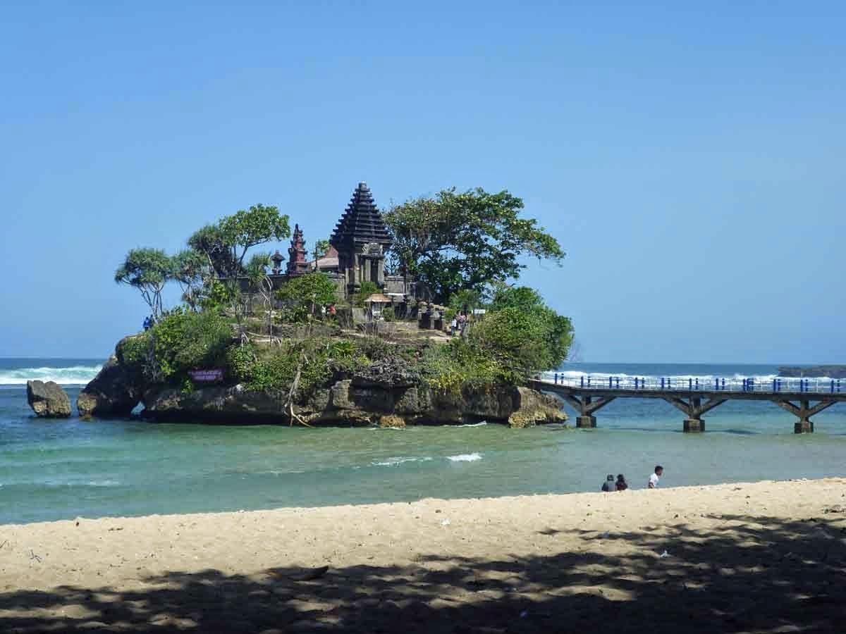 Cantiknya Pura Ismoyo Di Pantai Balekambang Malang