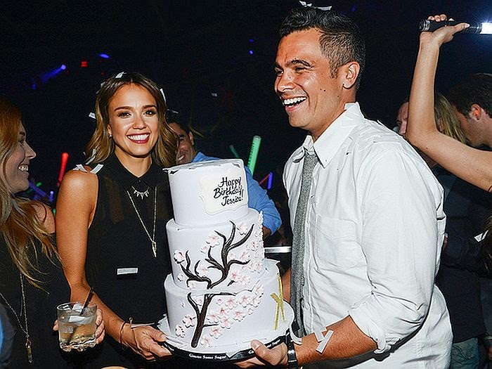on Friday night,‭ ‬May‭ ‬9,‭ ‬2014,‭ ‬Jessica Alba celebrated her born at Hakkasan with holding a beautiful bold of three-tiered cake alongside her husband,‭ ‬Cash Warren.