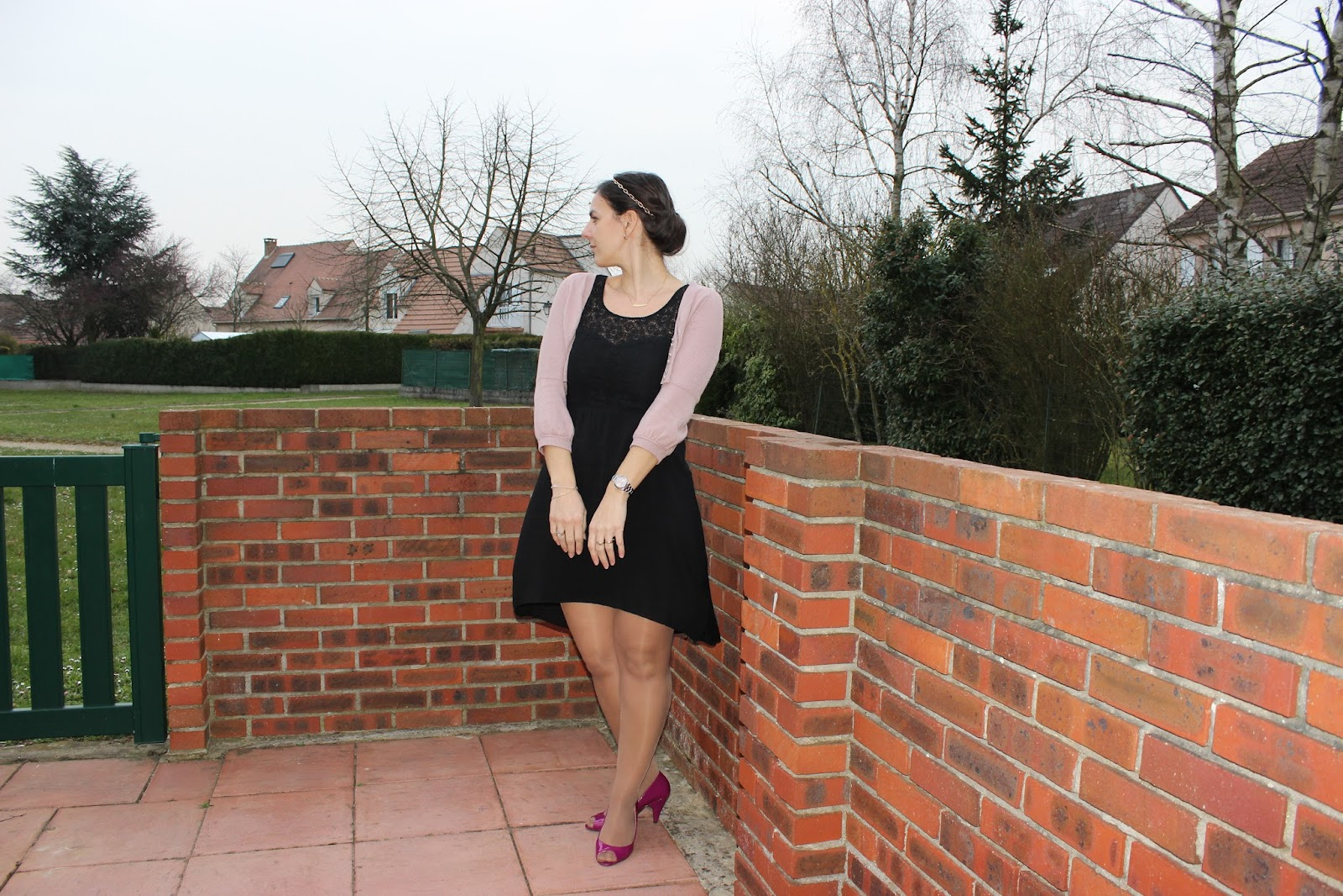 Robe dentelle asymétrique NAF NAF et chaussures vernies roses André