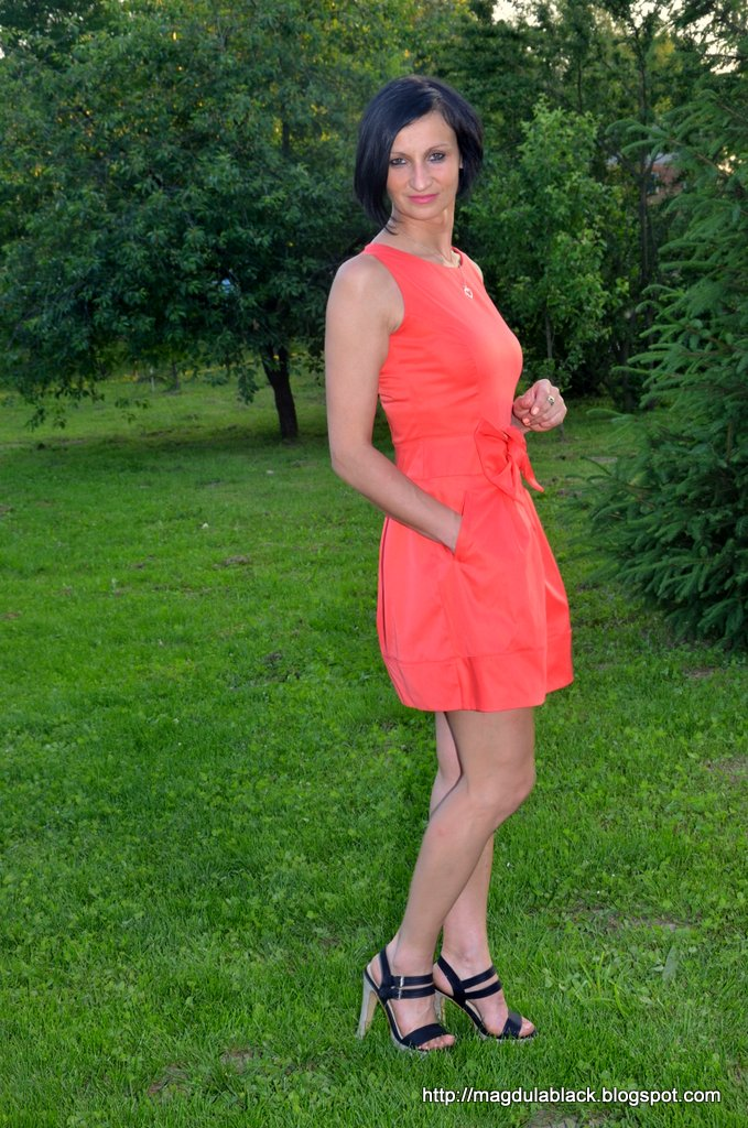 Koralowa sukienka w kształcie tulipana