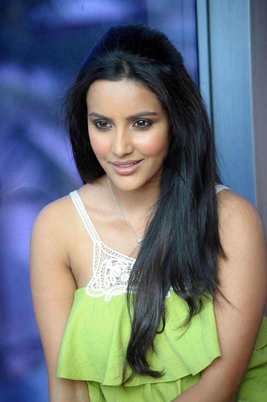 http://4.bp.blogspot.com/-uVnHBiTJt4c/ThAOi7bIV9I/AAAAAAAAbuU/tyFvqsPXYwo/s1600/telugu+actress+priya+anand+4.jpg
