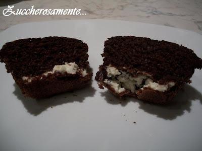Muffin al cioccolato ripieni di crema al philadelphia