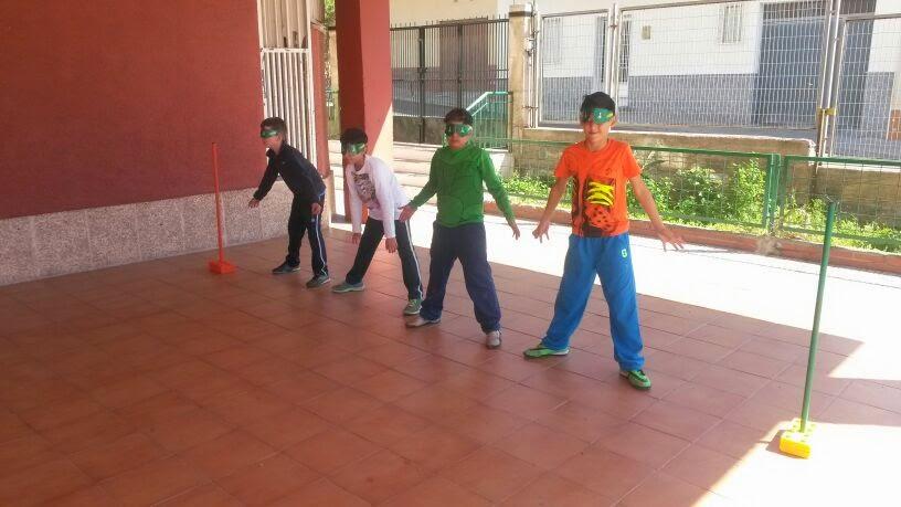 la imagen muestra a varios niños con antifaces preparados para jugar