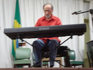 o  pianista  Paulo  Gondim,  executando  músicas  no  piano digital  da  Foxtrot (em  exposição)