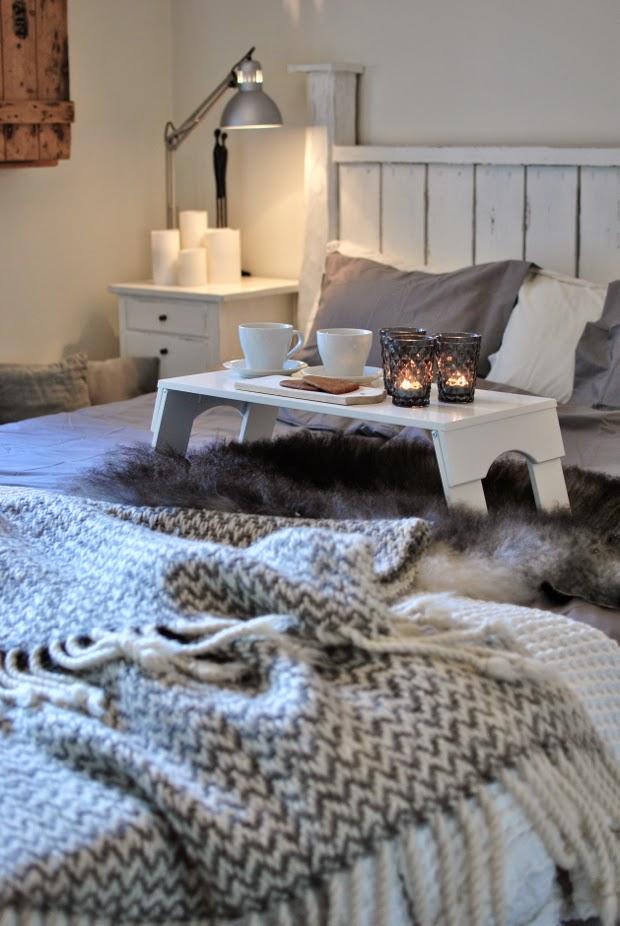 master bedroom sänggavel sängbricka fårskinn ullpläd bäddset