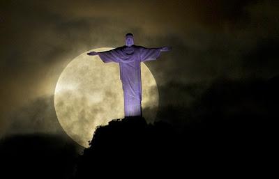 impresionante foto de la superluna en rio de janeira con el cristo redentor