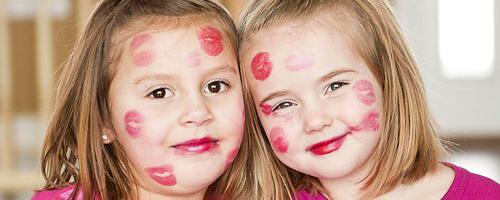 niñas pintalabios
