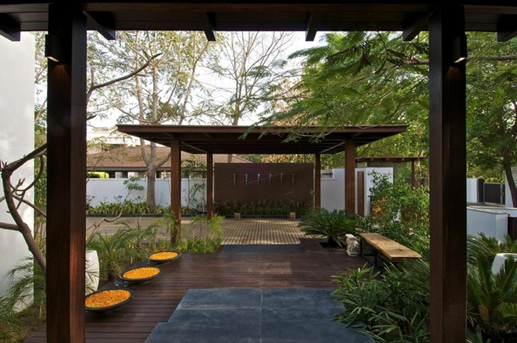 Vegetation in the garden of Courtyard Home by Hiren Patel Architects