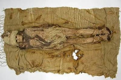 Queijo mais antigo do mundo foi encontrado no pescoço e peito de múmias perfeitamente preservadas enterrados na areia do deserto da China.