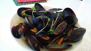 横浜市に出張料理:ムール貝の白ワイン蒸し バケットを添えて