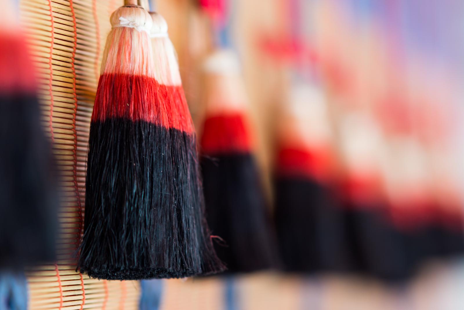 京都にて奥行きがある構図で撮影した神社の飾りの写真