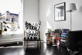 Estilo masculino: sillón orejero y revistas en el suelo