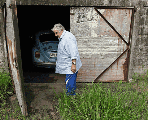 Mobil VW Beetle Mujica di garasi rumahnya