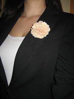 http://www.manualidadesytendencias.com/2012/03/como-hacer-flores-de-tela.html