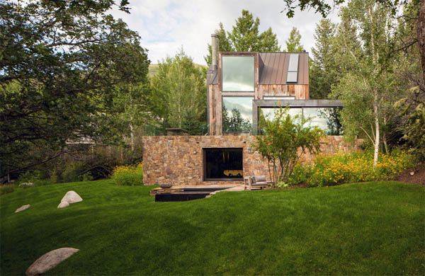 fachada de la casa de montaña en verano
