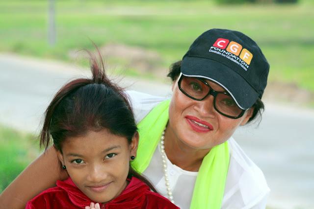 Nous sommes un dimanche après-midi, Cécile a déjà effectué un aller-retour en province dans la matinée pour aider une autre ONG. Elle se rend chez Chan Richita, une jeune fille de quinze ans qui vit das les cabanes adjacentes d'une usine de câblage. Chan Richita vit avec sa grand-mère dans un cabanon de tôle construit à la va-vite, à l'image de ces mini-villages champignons qui poussent aux abords et aussi à l'intérieur des grands chantiers et zones en construction. Nous sommes à prey Speu, à 11 kms de Phnom Penh, dans un environnement de bâtiments pas encore achevées, de routes poussiéreuses et bruyantes, parcourues sans cesse par des camions trop pleins qui roulent trop vite. Cécile explique rapidement la situation de Chan richita qui l'accueille avec un sourire timide lorsque sa bienfaitrice descend de la voiture: ...''Richita est l'exemple concret de l'aide directe et rapide que CGF tente d'apporter aux gens en situation précaire, de quasi-détresse. Richita a heureusement deux marraines, Cynthia et Marjorie Perrod qui finance ces interventions en aide directe. Je rend visite à la jeune fille régulièrement, mais jamais sans prévenir, je ne veux pas faire du monitoring. Richita a une histoire d'enfant battue, sa grand-mère a parfois été bien trop violente et cela nous a pris beaucoup de temps pour éduquer sa grand-mère....''