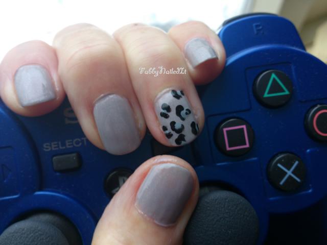 Leopard nail manicure
