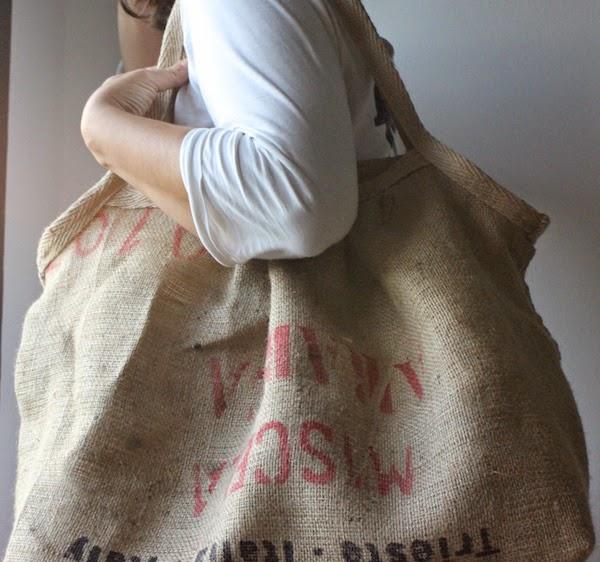 un saco de café convertido en bolsa para la playa