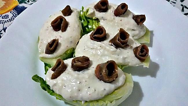 Cogollos de lechuga con crema de queso y anchoas