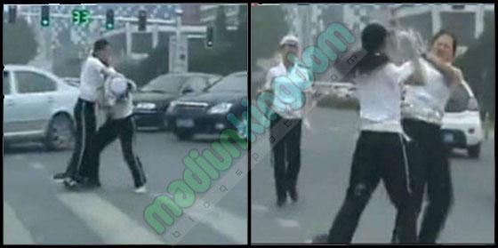 polwan china Video Heboh: Dua Polwan Berkelahi di Jalan Raya Dichina