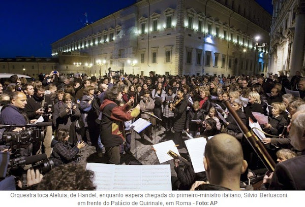 orquestra toca Aleluia, de Handel, em homenagem à renúncia de Berlusconi