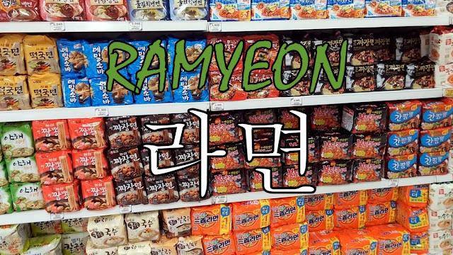 Paquetes diferentes de ramyeon en un hipermercado coreano