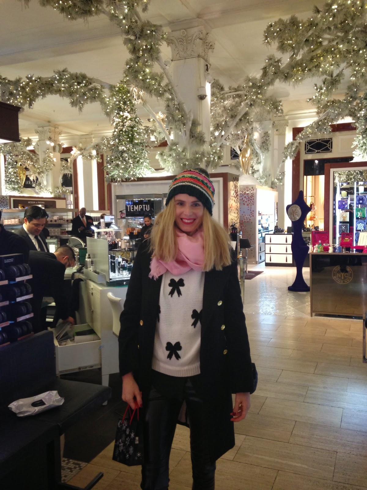 Mi outfit para ese día, unos pantalones de cuero de Luli Reich, sweater  blanco con moños negros de Forever XXI, tapado de paño de Calandra y gorro  de lana ...